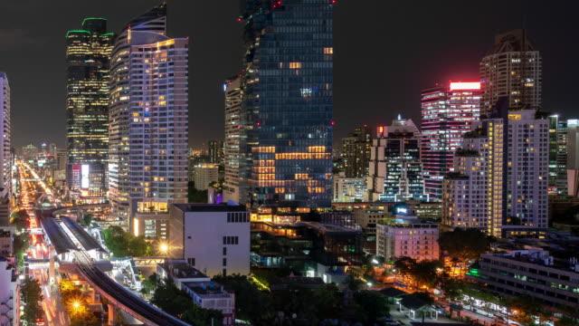 stockvideo's en b-roll-footage met de skyline van bangkok stad met wolkenkrabbers van de stad bij nacht. - kapiteel