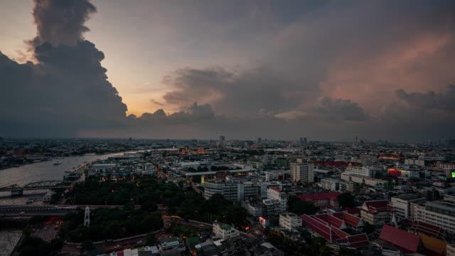 バンコク市のスカイラインは、夜に都市の高層ビルと - 映像技法点の映像素材/bロール