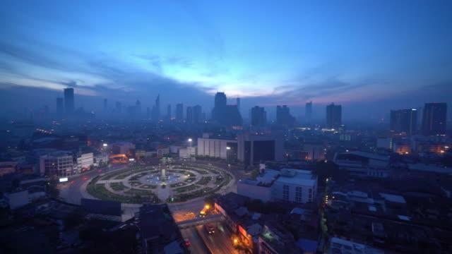 stockvideo's en b-roll-footage met de skyline van bangkok stad met stedelijke wolkenkrabbers bij zonsopgang. - kapiteel