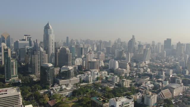 vídeos de stock e filmes b-roll de bangkok cityscape with lumpini park and modern skyscrapers, aerial view - bangkok