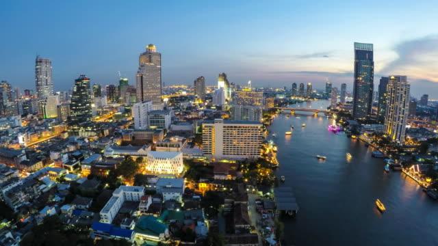 skyline der Innenstadt von Bangkok mit Blick auf den Fluss