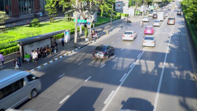 vídeos y material grabado en eventos de stock de tráfico centro de bangkok y a mucha gente esperando el autobús en hora punta - vehículo comercial terrestre