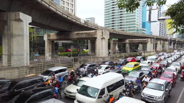 vidéos et rushes de embouteillage du centre-ville de bangkok à l'heure de pointe - 4x4