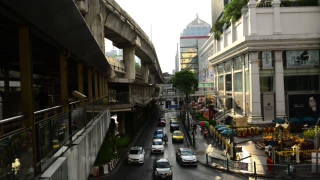 bangkok morning traffic at ratchaprasong cbd - エラワン聖堂点の映像素材/bロール