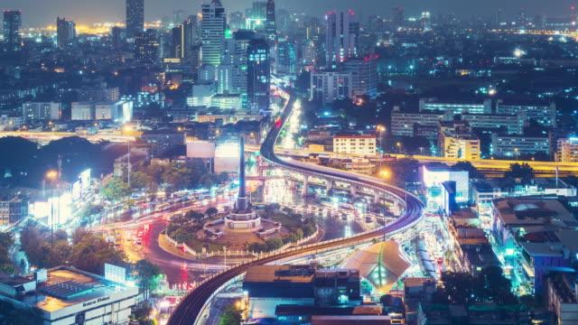 vídeos de stock, filmes e b-roll de bangkok noite tráfego área rotunda time lapse 4k, panning esquerda. - junção de rua ou estrada