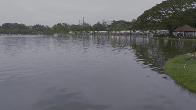 vídeos y material grabado en eventos de stock de bangkok público parque suan luang rama ix al atardecer. - plano de grúa