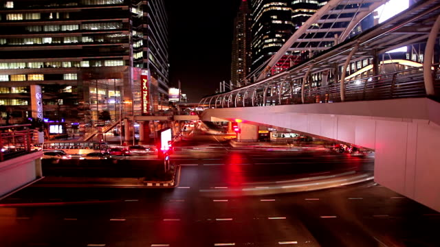 vídeos de stock, filmes e b-roll de bangkok-time lapse hora do rush à noite. - full hd format