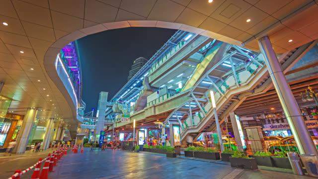 Bangkok Skytrain-Station in der Nacht. Thailand