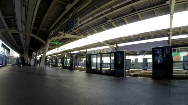 vídeos de stock, filmes e b-roll de skytrain em bangkok - sinal informativo