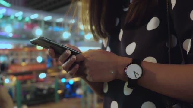 Bangkok, Thailand Lifestyle: Pendler und Smartphone