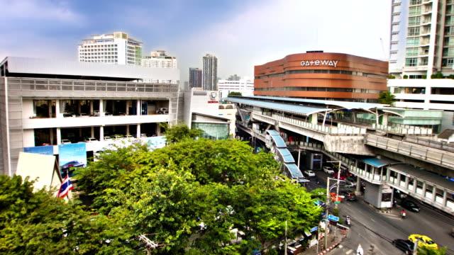 vidéos et rushes de bangkok.   thailand. sky train - lieu de culte