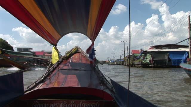 bangkok, thailandresidential area view from a cruising boat in bangkok thailand - herumfahren stock-videos und b-roll-filmmaterial