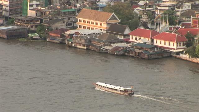 bangkok, thailandview of a ferry cruising in chao phraya river in bangkok thailand - herumfahren stock-videos und b-roll-filmmaterial