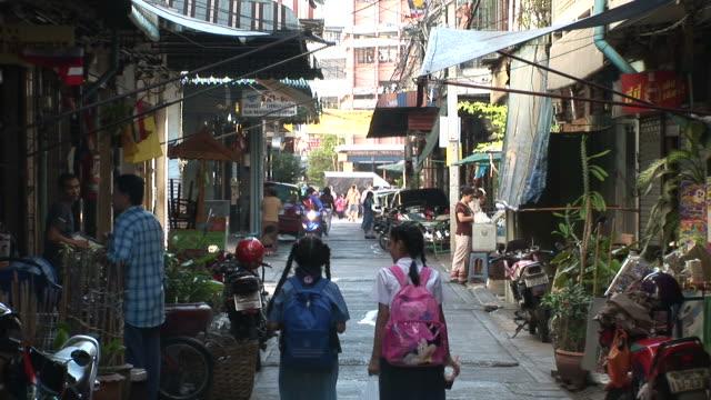 bangkok, thailandview of a narrow street in bangkok thailand - bangkok点の映像素材/bロール