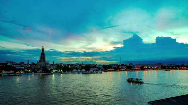 bangkok time-lapse with wat arun by the the river from evening to dusk - サンパン点の映像素材/bロール