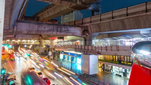 Bangkok Verkehr unter BTS Skytrain Cityscape in der Innenstadt von Bangkok, Thailand.