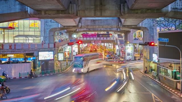 bangkok-verkehr unter bts - bangkok stock-videos und b-roll-filmmaterial