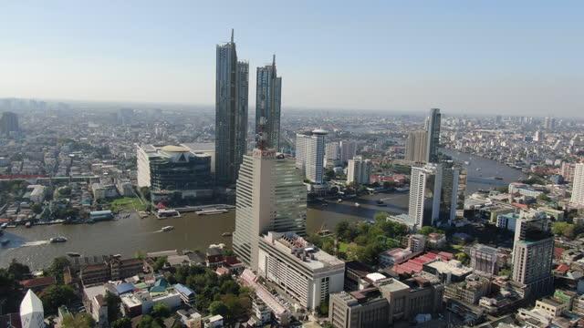 vídeos de stock e filmes b-roll de bangkok with chao phraya river - aerial view 4k - bangkok