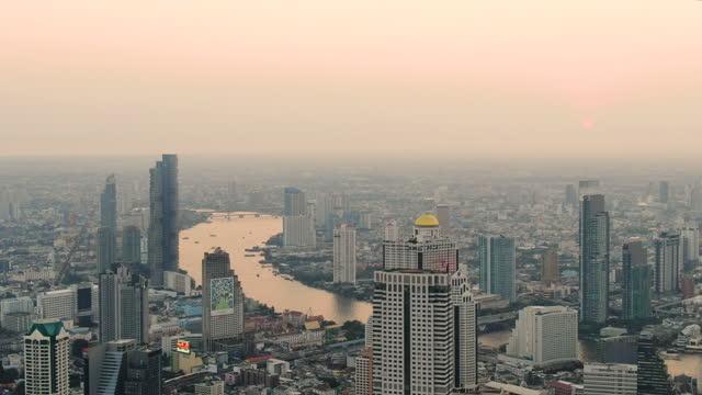 vídeos de stock e filmes b-roll de bangkok with chao phraya river at sunset - aerial view 4k - bangkok