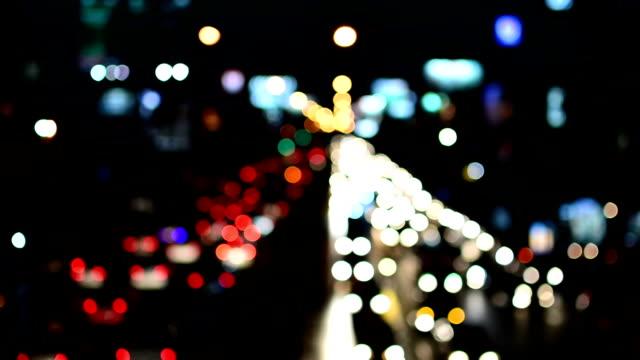 Mit Verkehr in Bangkok bei Nacht
