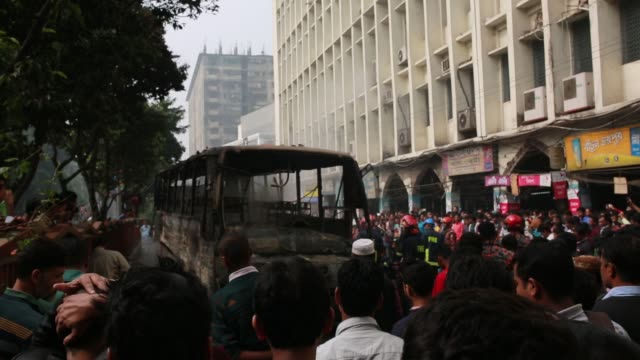 vídeos de stock, filmes e b-roll de bangladesh fire service rescuing a fired bus using water which fired by gas cylinder bluest on a street of bangladeshi capital of dhaka on december... - cilindro veículo terrestre comercial
