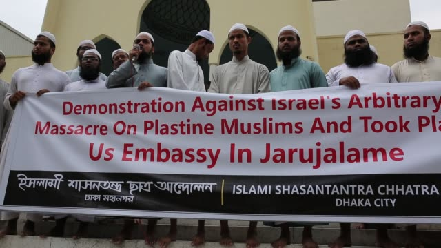 vídeos de stock e filmes b-roll de bangladesh islamist group made demonstration against israel's arbitrary massacre on palestine muslims and took place us embassy in jerusalem in dhaka... - embaixada dos eua