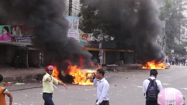 bangladesh nationalist party activists set on fire a police car during clashes with police following a march by bnp activist that blocked a road near... - nutzfahrzeug stock-videos und b-roll-filmmaterial