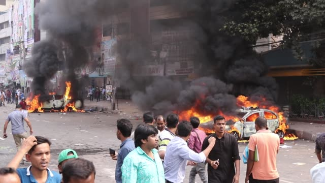 vídeos de stock, filmes e b-roll de bangladesh nationalist party activists set on fire a police car during clashes with police following a march by bnp activist that blocked a road near... - política e governo