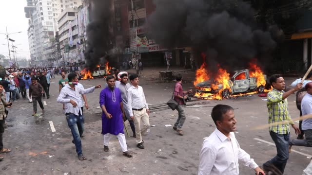 vídeos de stock e filmes b-roll de bangladesh nationalist party activists set on fire a police car during clashes with police following a march by bnp activist that blocked a road near... - veículo terrestre comercial