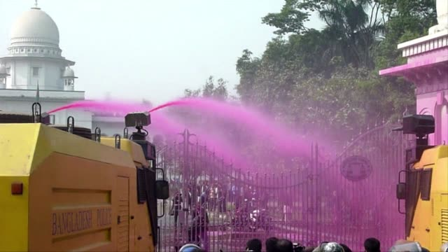 vídeos y material grabado en eventos de stock de bangladesh police fire water cannon and shotguns at opposition protesters in the bangladeshi capital at the start of a banned mass march aimed at... - artículo de emergencia