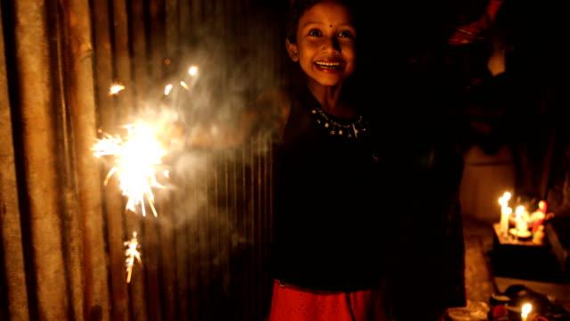 vidéos et rushes de bangladeshi children play with light during the 'deep utsav or light festival' ahead of the diwali festival in dhaka, bangladesh on october 27, 2019.... - fête religieuse