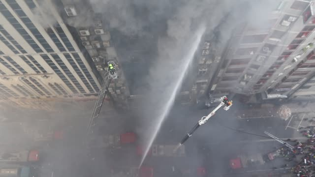 vidéos et rushes de bangladeshi firefighters try to extinguish a blaze in an office building in dhaka on march 28, 2019. - a huge fire tore through a dhaka office block... - office block exterior