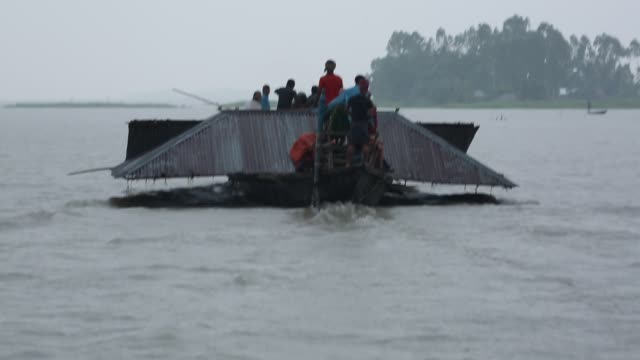 bangladeshi flood victim man carrying their submerged house by boat during flood in the northern part of bangladesh heavy monsoon rains have... - bangladesch stock-videos und b-roll-filmmaterial