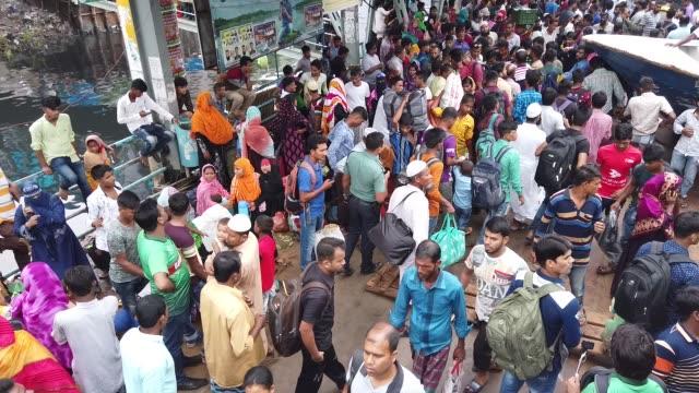 vídeos y material grabado en eventos de stock de bangladeshi homebound people wait in the platform to get inside of an overcrowded ferry to travel to their hometowns for celebrates eid alfitr... - embarcación de pasajeros