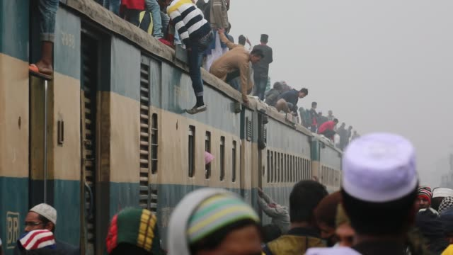 bangladeshi muslim devotees climb on a train to take part in akheri munajat the final prayers at the world muslim congregation biswa ijtema at tongi... - number of people stock videos & royalty-free footage