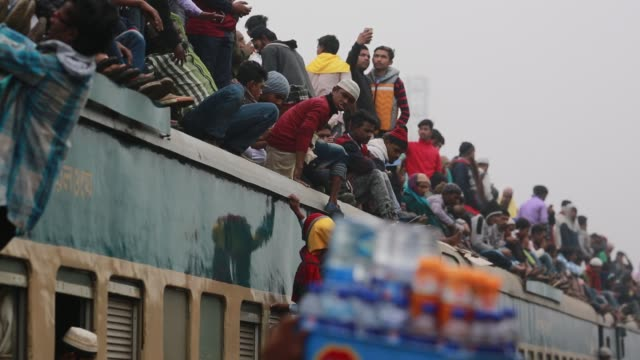 bangladeshi muslim devotees climb on a train to take part in akheri munajat, the final prayers at the world muslim congregation biswa ijtema, at... - railway track stock videos & royalty-free footage