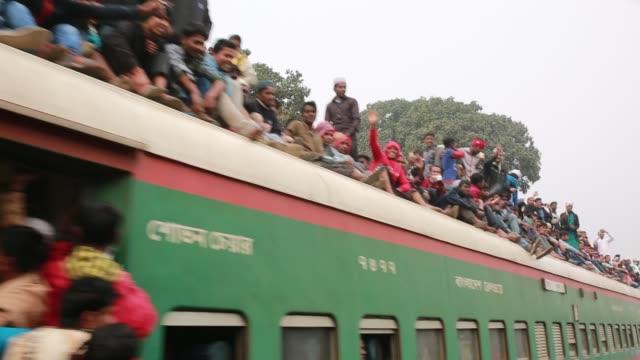bangladeshi muslim devotees climb on a train to take part in akheri munajat the final prayers at the world muslim congregation biswa ijtema at tongi... - pilger stock-videos und b-roll-filmmaterial