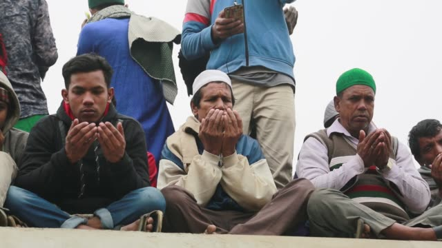 bangladeshi muslim devotees take part in akheri munajat the final prayers at the world muslim congregation biswa ijtema at tongi north of dhaka... - pilger stock-videos und b-roll-filmmaterial