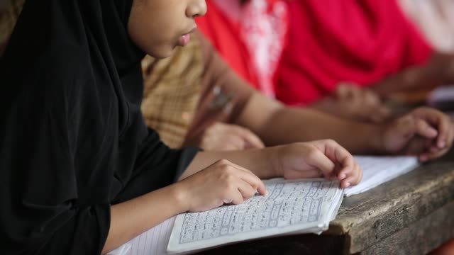 vídeos de stock, filmes e b-roll de bangladeshi muslim students of a madrasa recite the holy koran during the month of ramadan in dhaka bangladesh on may 19 2018 muslims around the... - madressa
