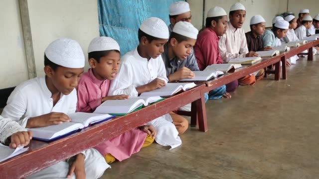 vídeos de stock, filmes e b-roll de bangladeshi muslim students of a madrasa recite the holy koran during the month of ramadan in dhaka , bangladesh on may 19, 2018. muslims around the... - madressa