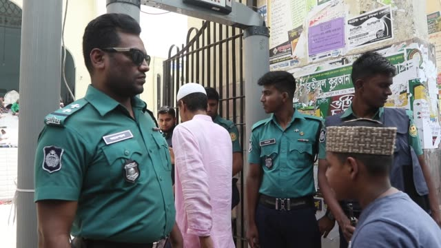 bangladeshi muslims protest after two mosques have been attacked in new zealand following friday prayers, in dhaka on march 15, 2019. - attacks on... - セキュリティスキャナ点の映像素材/bロール