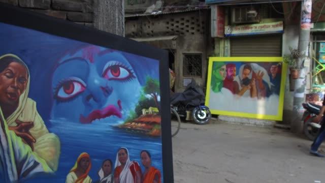 vídeos de stock, filmes e b-roll de bangladeshi painter hanif pappu busy to painting of the bangladeshi cinemas poster in dhaka bangladesh on february 03 2018 film banner painting is... - painter artist