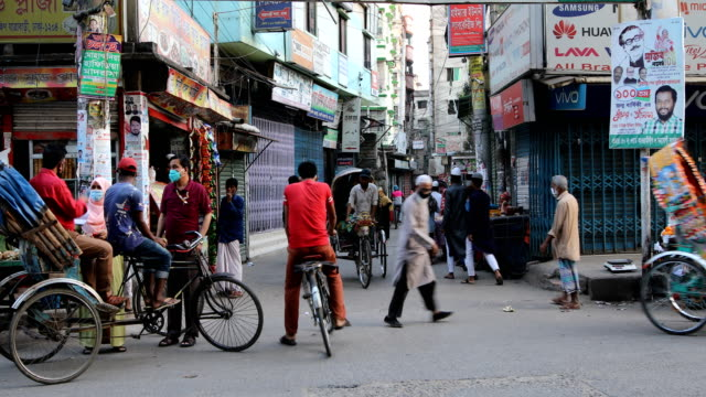 bangladeshi people gathered on street during governmentimposed lockdown as a preventive measure against the covid19 coronavirus in dhaka bangladesh... - risciò video stock e b–roll