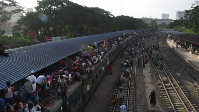 bangladeshi people ride on an overcrowded train rush home to celebrate eid-ul-adha festival with their families and friends in dhaka bangladesh on... - bahnreisender stock-videos und b-roll-filmmaterial