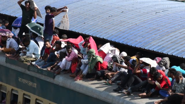 bangladeshi people ride on an overcrowded train rush home to celebrate eiduladha festival with their families and friends in dhaka bangladesh on... - bahnreisender stock-videos und b-roll-filmmaterial