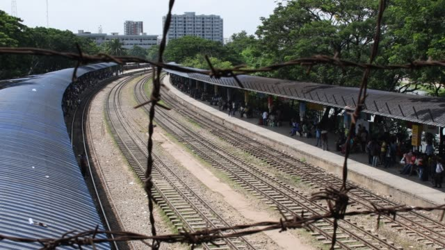 bangladeshi people waits to catch a train as people travel back home to be with their families ahead of the muslim festival of eid aladha in dhaka on... - bahnreisender stock-videos und b-roll-filmmaterial