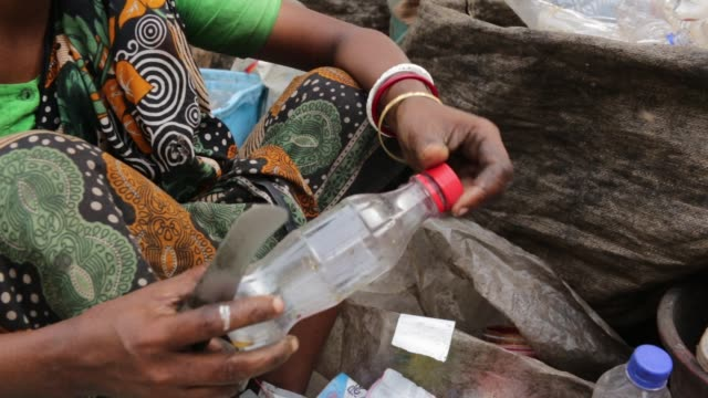 bangladeshi people works in a plastic bottle recycling factory in dhaka bangladesh on february 08 2018 after removing the labels and caps and... - lanci e salti femminile video stock e b–roll