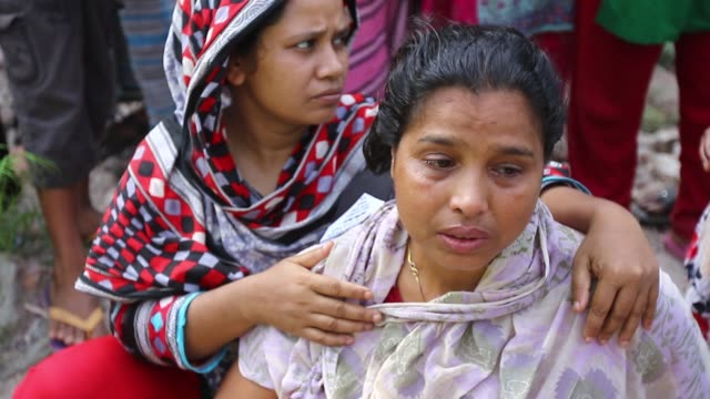vídeos de stock e filmes b-roll de bangladeshi relative of a victim of the rana plaza building collapse mourns on the third anniversary of the disaster at the site where the building... - pátio