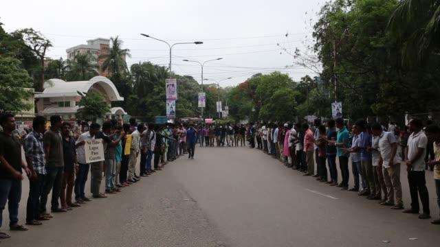 vídeos y material grabado en eventos de stock de bangladeshi students made protest for removing or reforming a quota system in government jobs in dhaka bangladesh on may 09 2018 their demands... - bangladesh