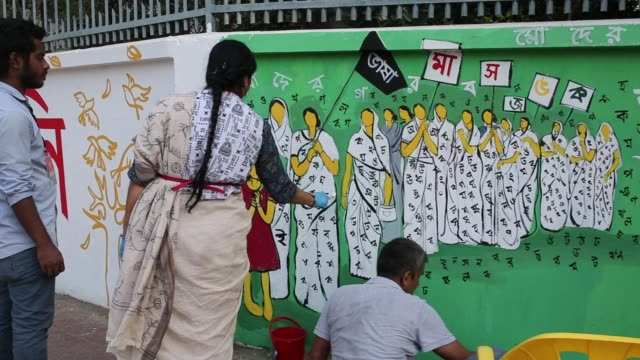 vídeos de stock, filmes e b-roll de bangladeshi students paints on the wall as part of the decoration for the international mother language day celebration in front of the language... - bagdá
